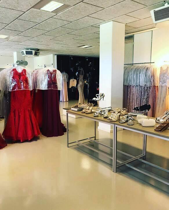 c07a10c7189e Vi har 6 store prøverum og mellem 1500 og 2000 kjoler på lager. Vi fører  str fra xxxs-xxxxxxl i vores sortiment
